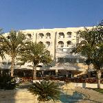 Отель и финиковые пальмы