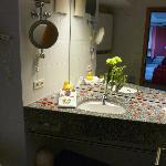 Rosendeko im Bad mit Blick auf den Rest des Zimmers