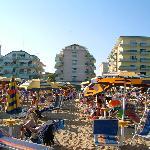Vorderseite des Hotels vom Strand aus gesehen