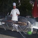 LE CHEF MAITRE GRILLARDIN à l'extérieur  préts à vous faire griller une piéce de viandeà votre c