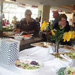 salle a manger où les residents se plaisent autour des Buffets gourmands