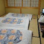 Habitación con futones preparados