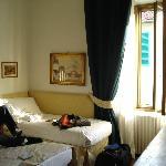 das Einzelbett, bewacht von noch mehr dicken Engeln ;)