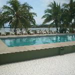Es una alberca super cómoda y con vista al mar a la sombra de unas palmeras!