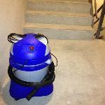 Aspirador de pó deixado na Escada de Emergência