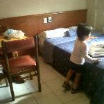 cama y mesa para tomar desayuno!!! la silla se le cae el cojin