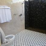 Salle de bain avec toilettes high-tech