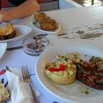 Feta saganaki, aubergines roulées au feta et poule grillé