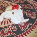 Serviette en forme d'éléphant sur le lit
