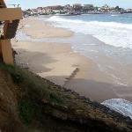 """Situado """"encima"""" de la playa"""