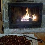Un buen fuego para calentarse y de paso asar unas cuantas...mmmmm que ricas!!