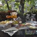 il ricco aperitivo delle 11 in una deliziosa terrazza decorata con stile