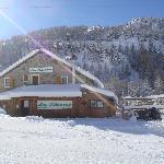 Le restaurant les Choucas est situé au bord des pistes.