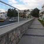 Blick auf die vielgefahrene Straße gleich neben unserer Terrasse