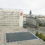 Um outro Ibis ao lado e um monumento do centro antigo de Dresden