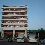 L'hôtel vu de face à l'arrivée