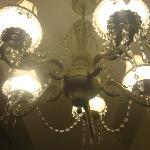 お部屋の電気はゴージャスなシャンデリア