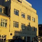 La fachada del hotel con sol