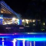 La piscina principal de noche, zona del bar y las principales actividades