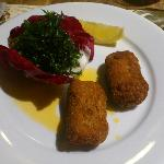 Entrée, croquettes de crevettes grises avec du persil frit