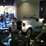Um dos carros exibidos no hall.