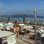 Un club hôtel où l'on peut manger face a la plage