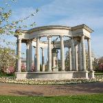 ウェールズ国立戦争メモリアル碑と白とピンクの八重桜の競演