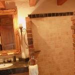 Bad mit Dusche bodeneben und Antikmarmor