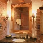 Romantisches Bad mit Antikmarmor und Natursteinen