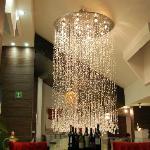Candil en forma de gotas de lluvia en el lobby