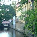 Вид на отель со стороны реки