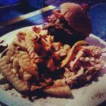 Hamburger, fritas e salada de repolho