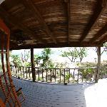 blick aus wohnzimmer auf terrasse und strand
