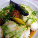 les médaillons de lotte pochée, beurre acidulée, gouttes de mer et légumes de couleur