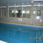 pileta climatizada cubierta y el gimnasio de fondo