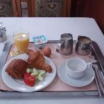 朝食はフランス式、卵料理は注文できる。