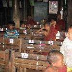 Élèves du monastère pendant les cours