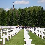 Au fond du cimetière les drapeaux Américains et belges