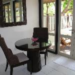 Una mesa y sillas en el espacio añadido (antiguo porche)