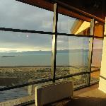 vista desde el lobby al lago al atardecer