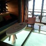 O piso de vidro do bangalô sobre a água