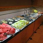 Il ricco buffet sezione frutta & dolci