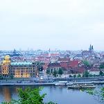 Вид на вечернюю Прагу с нашего холма