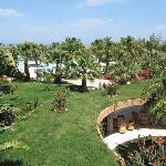 foto met gedeelte van de tuin tuin en zwembad