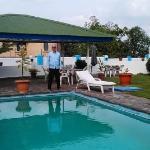 Yard and pool/Jardin et piscine