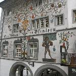 Casa policromada con escudos familiares de apellidos suizos