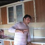 Kamil i køkkenet, hvor morgenmaden tilberedes