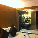 chambre avec vue sur salle de bains