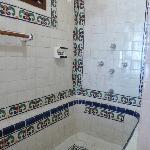 de badkamer met bad