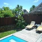 El jardín y piscina privada de nuestro Bungalow